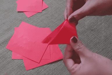 Cervene papierove trojuholniky